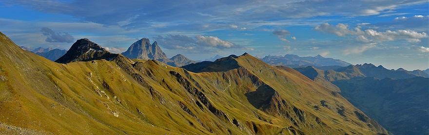 Sommets et pic du Midi d'Ossau Vallée d'Ossau, une des trois vallées des Pyrénées béarnaises